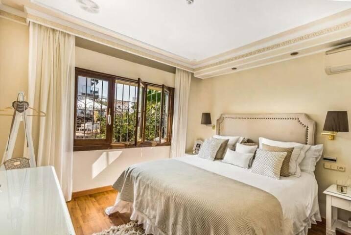 Main Bedroom en-suite. King size bed. (Available 2 twin beds on request). Air conditioning/Central Heating. Mosquito Net on windows. Habitación principal, cama King. 1.80 Disponible bajo petición, 2 twins.  Aire acondicionado/Calefacción. Mosquiteras