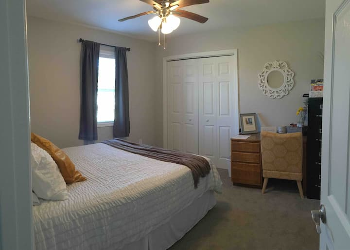 Modern, VERY CLEAN private room for short stay!
