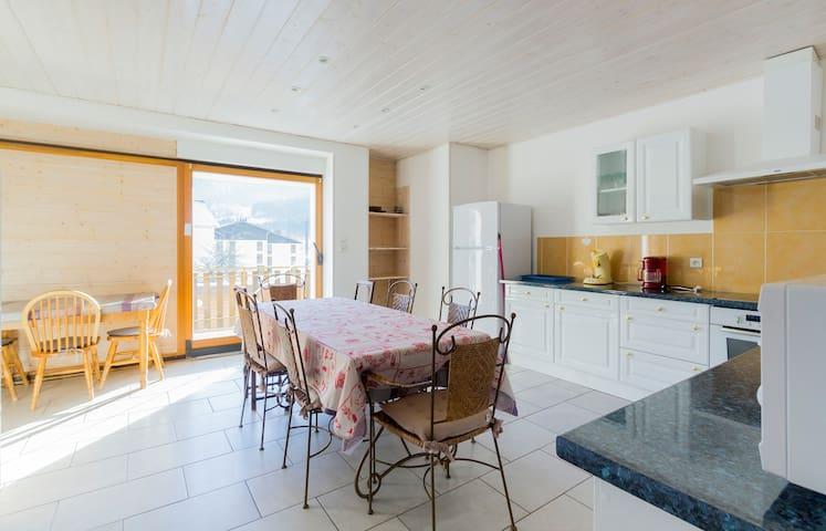 Une cuisine équipée et dotée de plaque induction,  réfrigérateur,  four,   lave-vaisselle,   cafetière Senseo,  hotte aspirante, ....