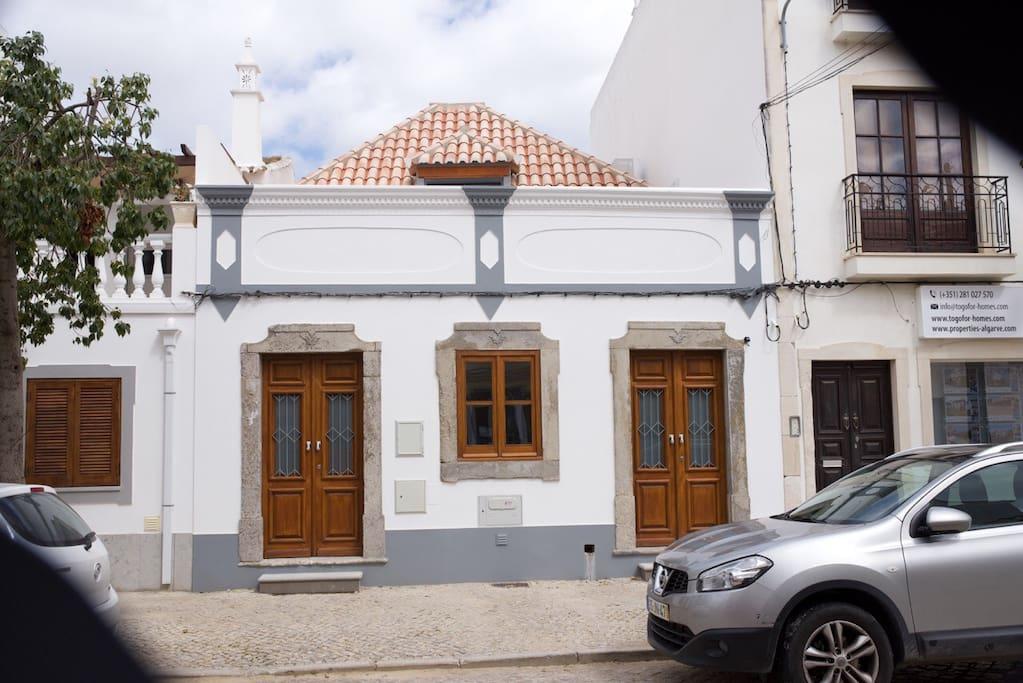 The facade facing Rua da Silva.