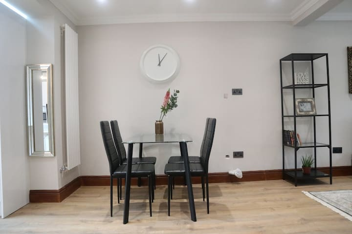 Private room in LARGE new luxury home in Wembley