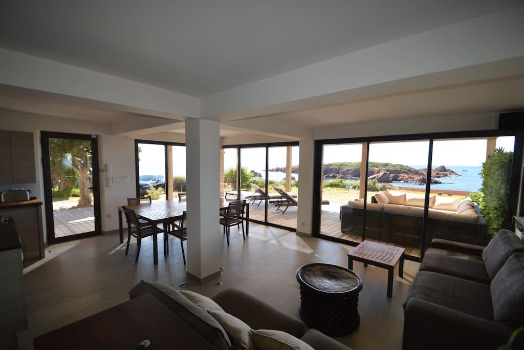 Très bel espace coin repas s'ouvrant sur la terrasse et la vue mer