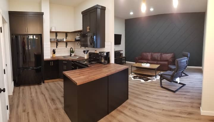 Modern  2 Bedroom Suite at the Lake