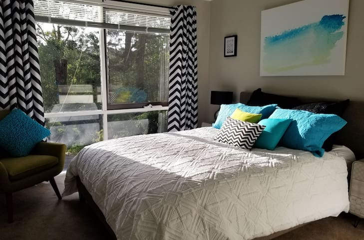 Fresh, comfy bedroom with garden view. TV & Netflix and wardrobe.