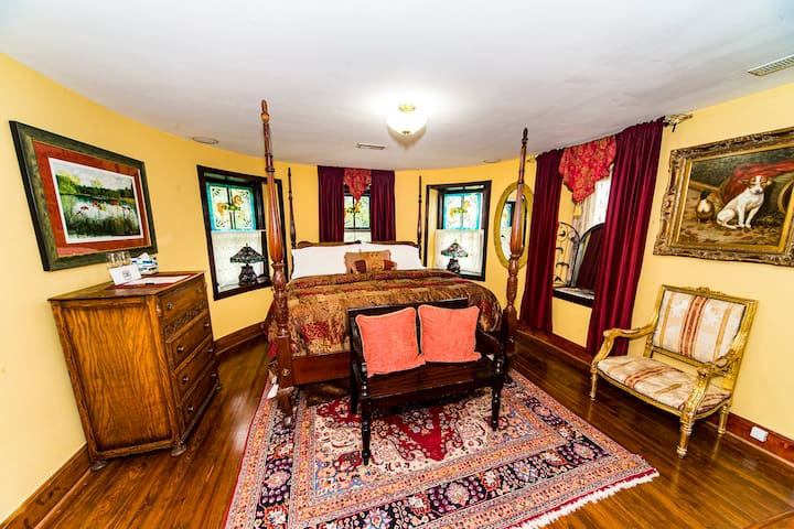 Stone Manor Boutique Inn - Turret Suite