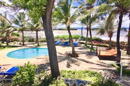 Large beachfront cottage with pool in Watamu