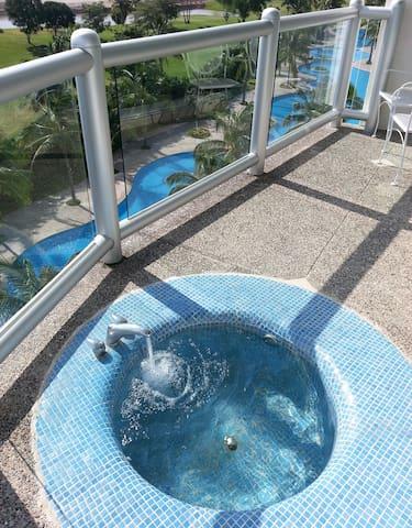 601's Balcony sports Seibal's only hot and cold running water soaking tub.  De 601 Balcón sólo tiene tina de baño de agua caliente y fría de Seibal.