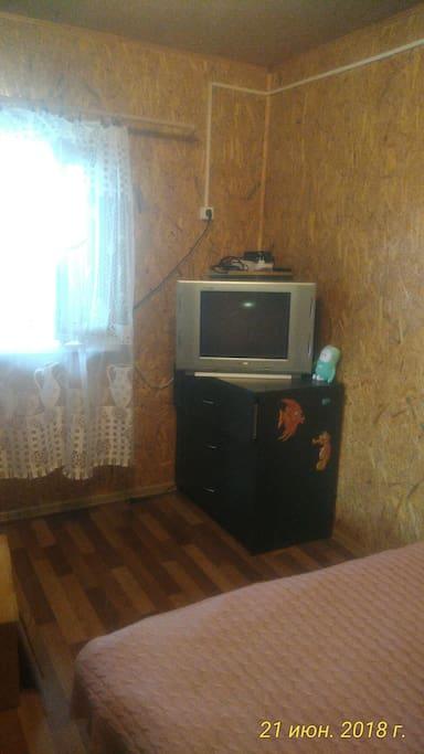 Телевизор , комод