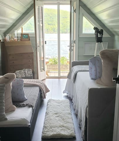 Cozy Lakeside Cottage 1 hr. from NYC
