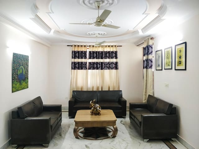 6 BHK in West Delhi for 10-12 Guests with Kitchen