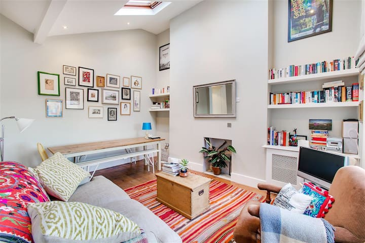 Cozy little private bedroom in Notting Hill