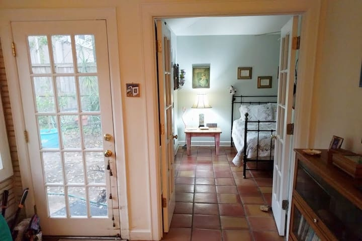 Perfect location! Private room in cozy older home - Bellaire - Casa