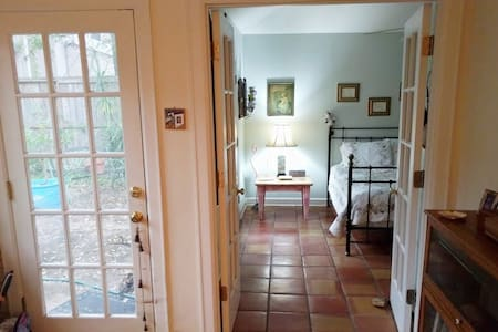Perfect location! Private room in cozy older home - Bellaire