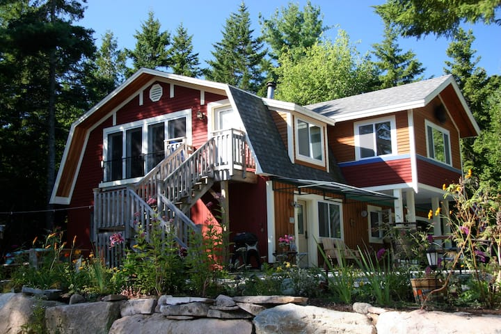 Acadia 3 bedroom secluded and wooded, yet in town!