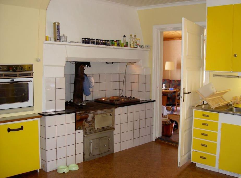 Kök med fungerande vedspis samt modernt komfort