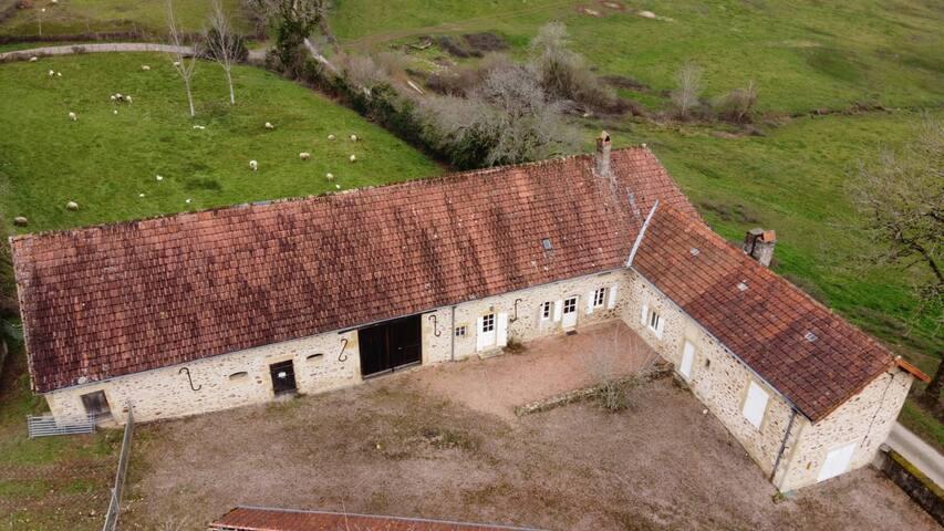 Sémelay : Ancien corps de ferme, vue sur le Morvan