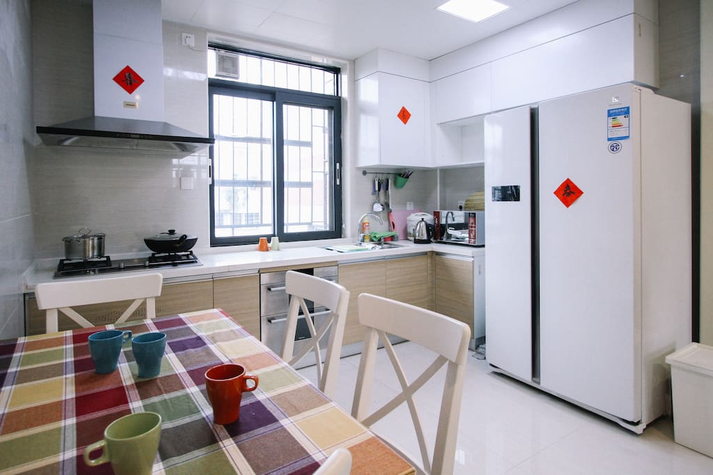 Well equipped Kitchen connecting with the living room  装备齐全的开放式厨房