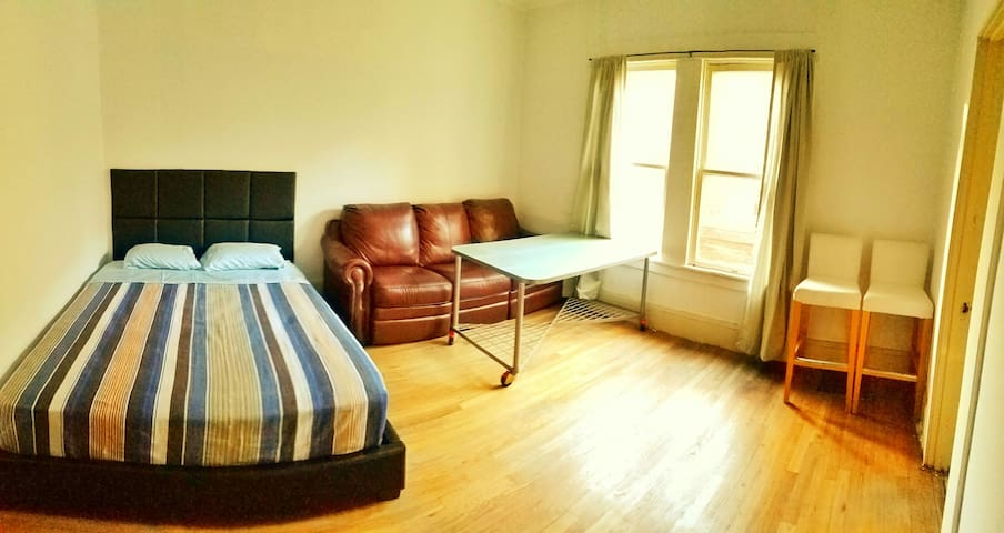 Cozy room w/ Couch &  Free WIFI - Stockton - House