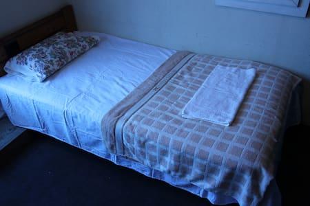 Ushiku Guest house (Room 002) Free WiFi 24Hrs - Ami-machi - Lejlighed
