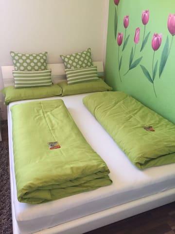 Das 140cm breite Bett sorgt für erholsame Nächte egal ob alleine oder zu zweit