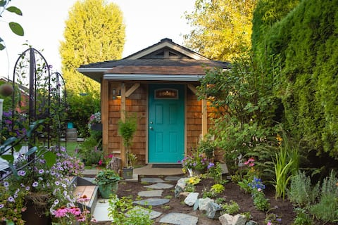 Quaint, private, tiny house with country feels.