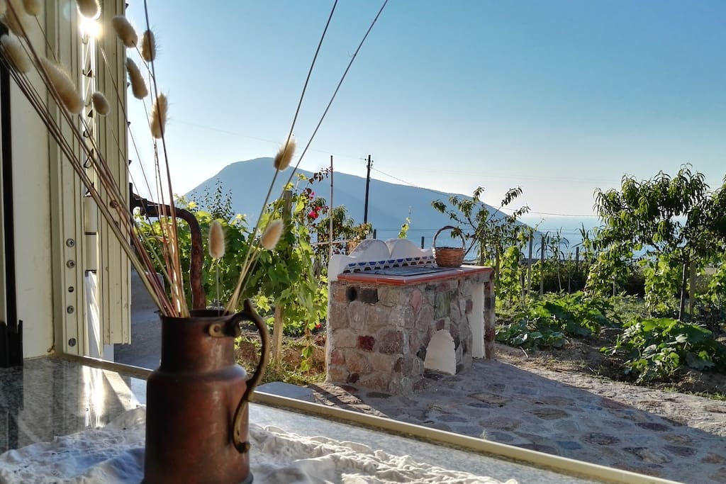 Vista dalla finestra  sull'isola di Salina ed il vigneto