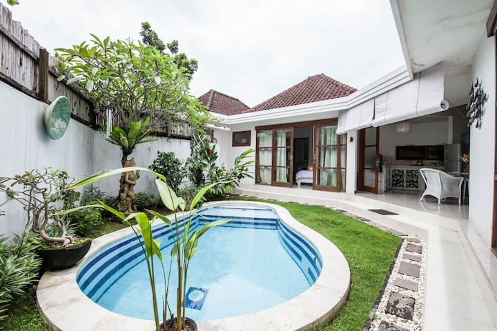 Quaint 1 Bedroom House with Pool.