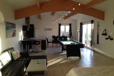 LOFT DE 60 M² AVEC BILLARD - Belluire - Loft