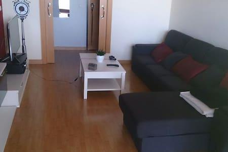 Habitación con sofá cama muy bonito - Silla