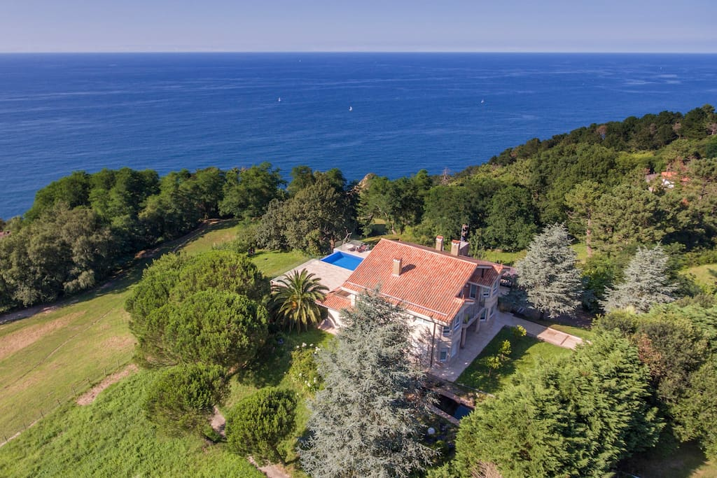 Villa de lujo con piscina y jardin casas en alquiler en for Camping en pais vasco con piscina