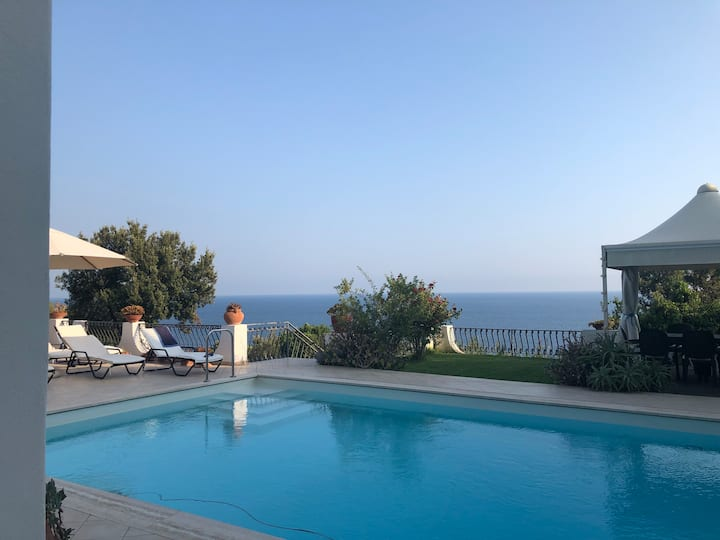 Villa Esclusiva con piscina vista faro  Circeo