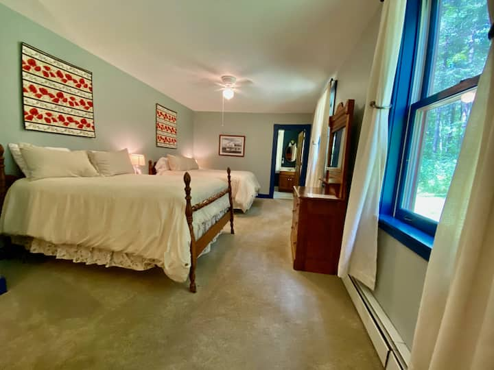 Apple Hill Room  @ The Wilmington Inn- Breakfast Included & downtown Wilmington location!