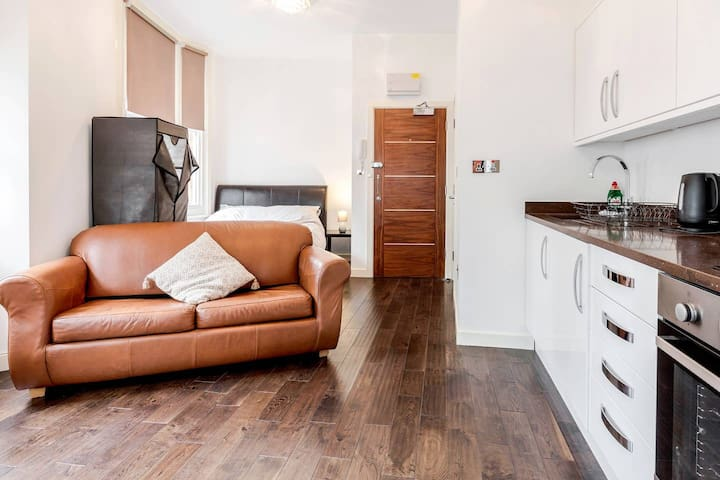 * CITY OF LONDON APARTMENT * Opposite TUBE/Metro *