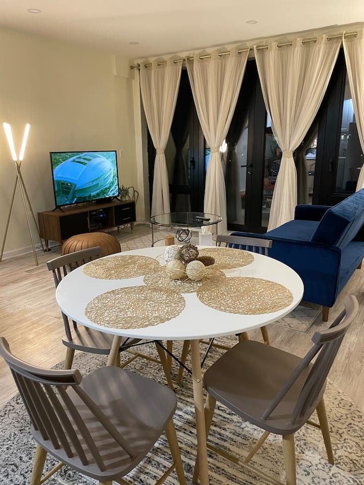 Chic Penthouse w/Terrace, Laundry,15mins to Midtwn