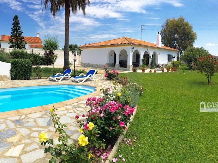 Confortable chalet con piscina privada en Roche Viejo, 6 personas.