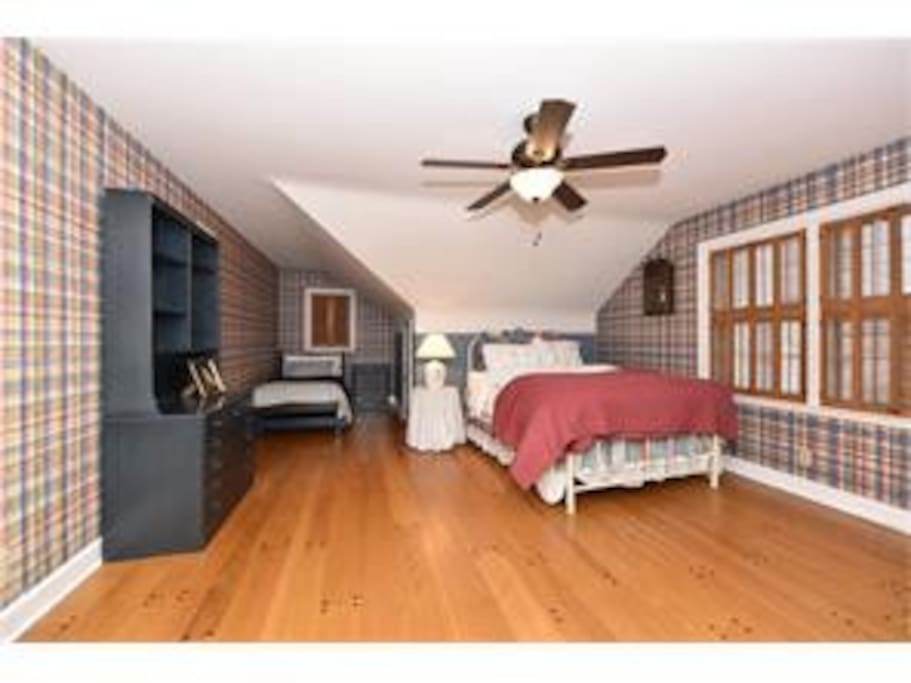 Bedroom 2 - Queen bed + twin bed - Rents separately & accommodates 3