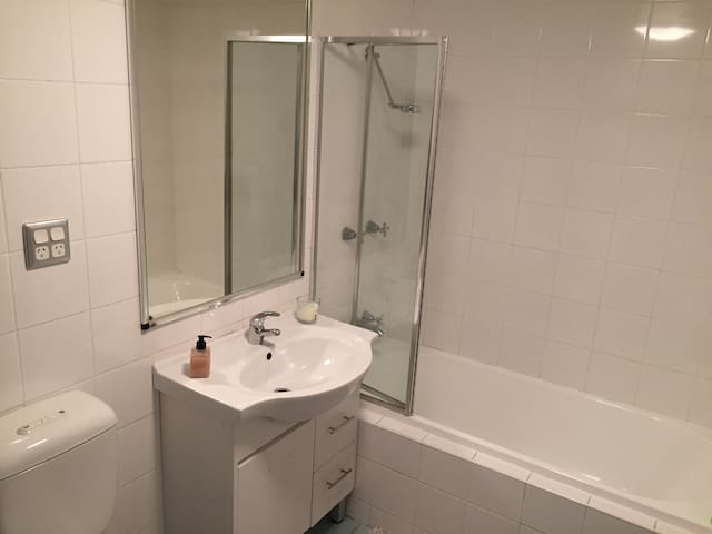Conveniently Located Private Bedroom & Bath - Balgowlah