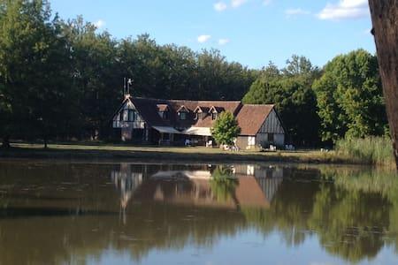 Sologne longère, charme face étang - Neuvy-sur-Barangeon - Huis
