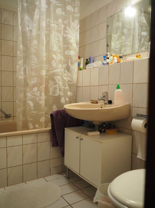 Bad mit Wanne und Toilette
