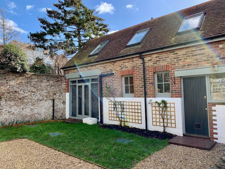 Peaceful 2-bed Cottage w/off road parking & garden