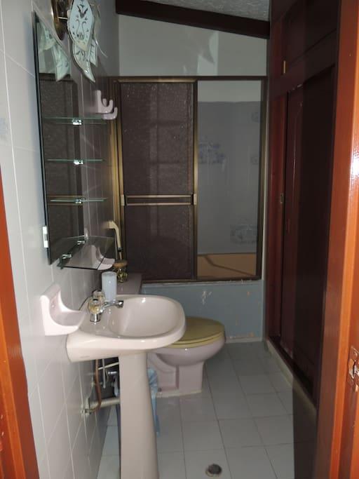 Baño completo privado / Private Bathroom