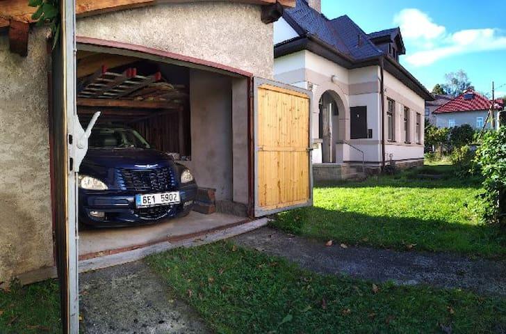 The shed beside the house to save the car/ Kůlna vedle domu sloužící k úschově automobilu /Der Schuppen neben dem Haus