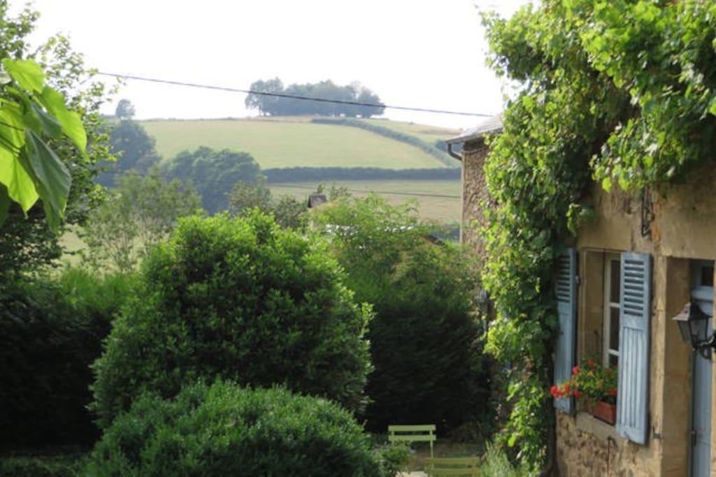 Vanuit onze tuin kijken we uit op de Bourgondische heuvels.