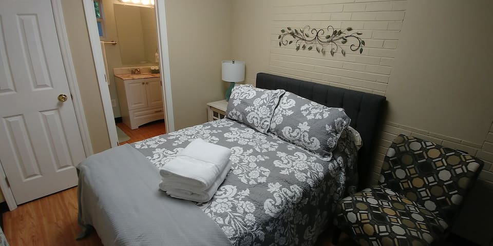 Beautiful Room just minutes from UNCG and dining