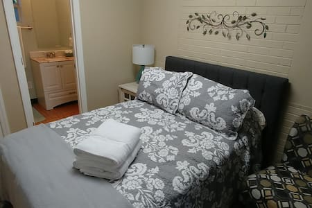 Beautiful Room just minutes from UNCG and dining.