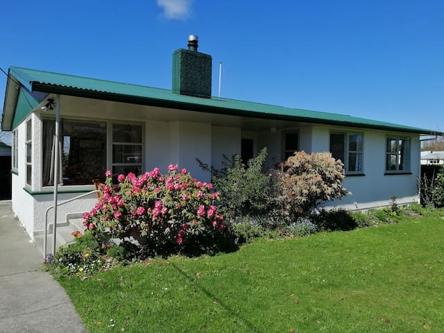 Central Cosy Kiwiana Greytown House with Garage