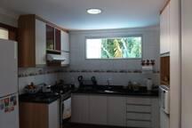 Cozinha ampla é equipada com utensílios básicos