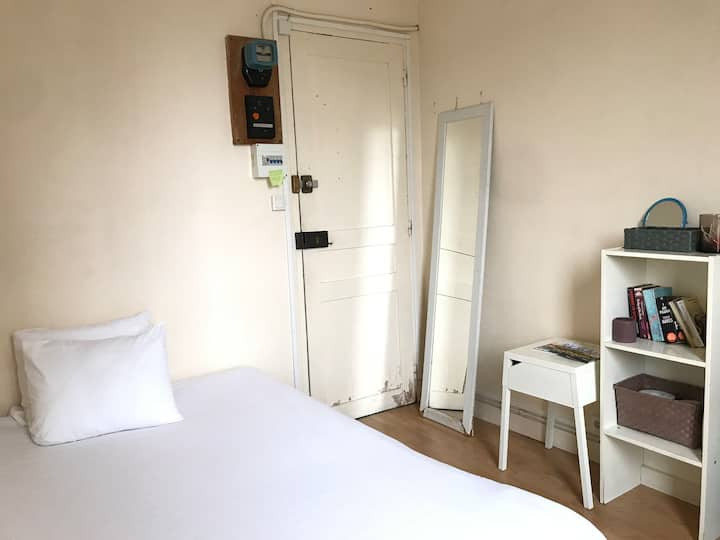 Basic independent single room/No bathoom no shower
