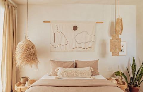 Designer Abode with Outdoor Kitchen, walk to Beach