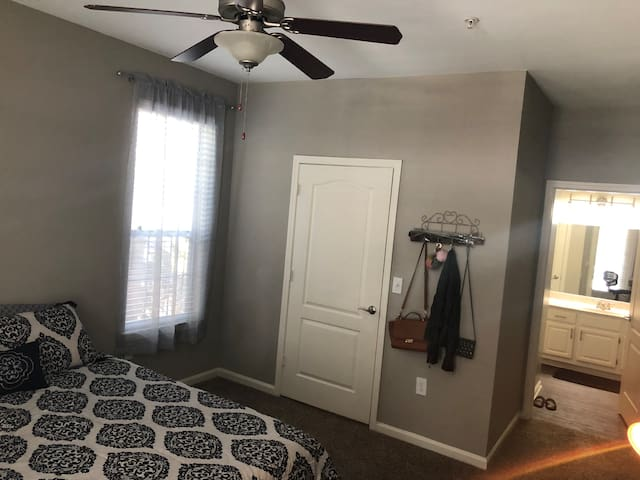Spacious bedroom w private bath & balcony in ATL
